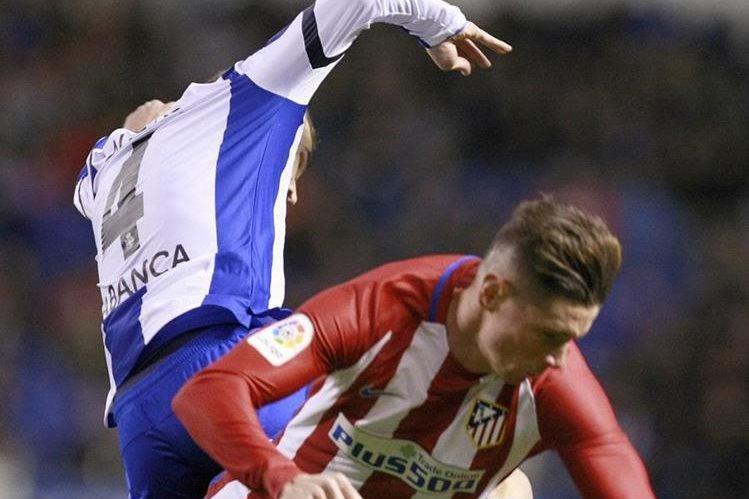 Fernando Torres (abajo) sufrió un fuerte golpe en la cabeza que asusto al mundo futbolístico. (Foto Prensa Libre: EFE)