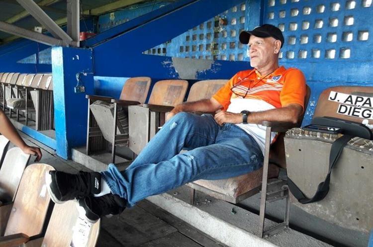 Claverí observa el entrenamiento de Suchitepéquez tras dejar la dirección técnica, pero seguirá vinculado al plante venado. (Foto Prensa Libre: Cristian Soto).
