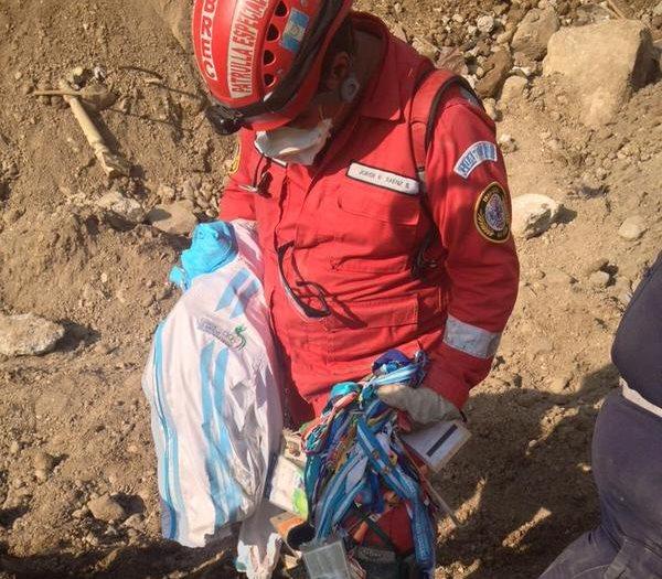 Las indumentarias del seleccionado de Squash fueron encontrados por los cuerpos de Socorro. (Foto Prensa Libre: Carlos Álvarez)