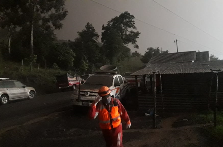 Parecía noche en horas del mediodía en los poblados cercados al Volcán de Fuego. (Foto Prensa Libre: Víctor Chamalé)