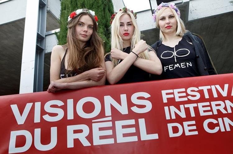 """Fotografía de archivo de las activistas ucranianas (i-d) Oksana Shachko, Alexandra """"Sasha"""" Shevchenko y Yana Zhdanova, mientras posan antes de la presentación de la película """"I am Femen"""", en Nyon, Suiza. (EFE)"""