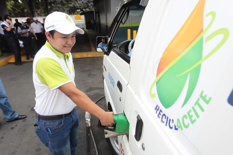 Un trabajador de la municipalidad llena el tanque de un vehículo la Eegsa que será parte del plan piloto.