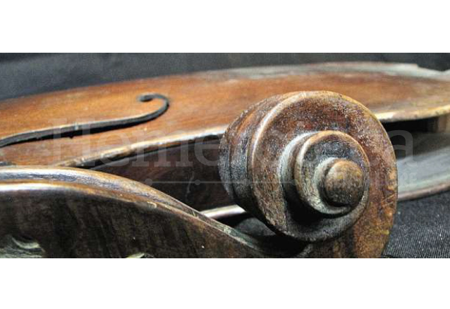 Uno de los primeros violines de Manuel Solís. (Foto: Hemeroteca PL)