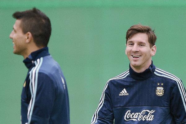 Lionel Messi guarda un cariño muy especial por el ahora entrenador de Colombia José Pékerman. (Foto Prensa Libre: AFP)