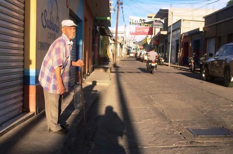 Don Tavo sufrió un accidente y tenía dificultad para caminar. (Foto Prensa Libre: Mario Morales)