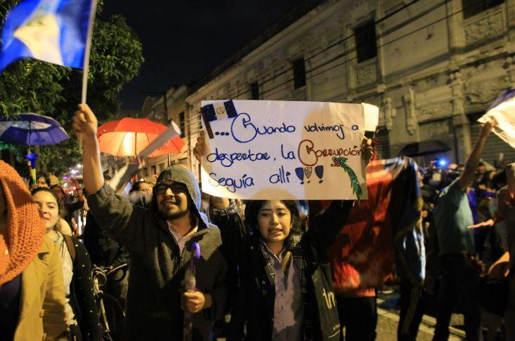 Manifestantes cerraron el paso de diputados luego de que estos anularon las reformas al Código Penal. (Foto Prensa Libre: Hemeroteca PL)