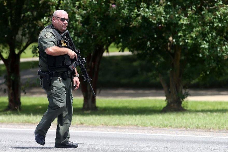 Un agente de la Policía de Baton Rouge está en alerta por el ataque. (Foto Prensa Libre: AFP).
