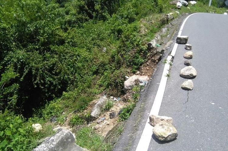 Autoridades han señalado con piedras el lugar afectado, para prevenir a los pilotos. (Foto Prensa Libre: Ángel Julajuj)