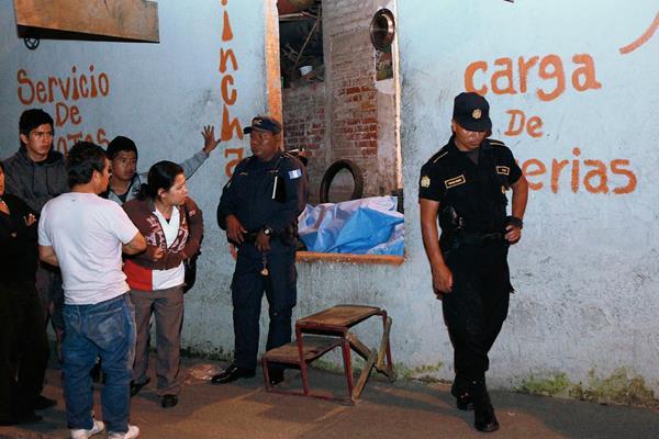 Curiosos observan el cuerpo sin vida de Eduardo de Jesús Orellana. (Foto Prensa Libre: Estuardo Paredes)