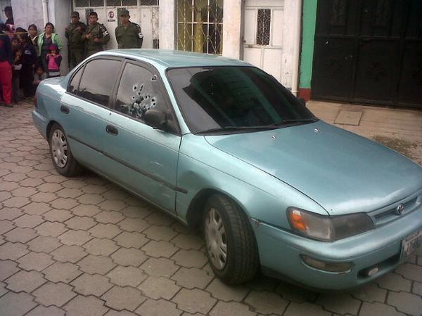 Una de las ventanas del vehículo en el que viajaban los hermanos Santisteban quedó destruida por los balazos. (Foto Prensa Libre: Carlos Ventura )