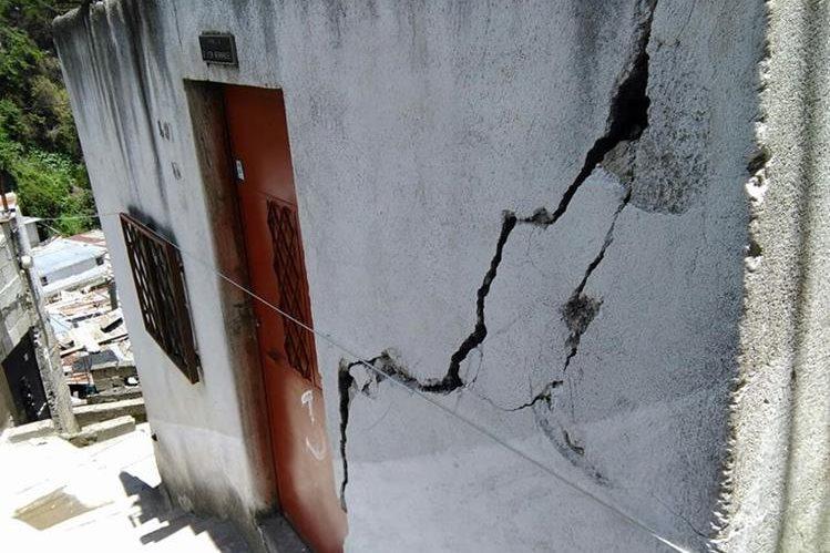 El colapso del sistema de drenajes que pasa debajo de las viviendas de Jesús de la Buena Esperanza aumentó el riesgo en la ladera. (Foto Prensa Libre: Hemeroteca PL)