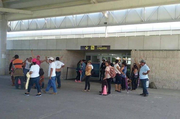 Maestros impiden ingreso al Aeropuerto Mundo Maya, en Petén