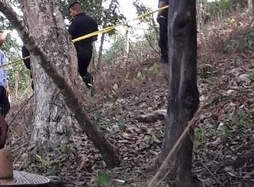 Agentes de la PNC localizaron a la par del cadáver un sombrero, dos camisas con manchas de sangre y un lazo. (Foto Prensa Libre: Rigoberto Escobar)