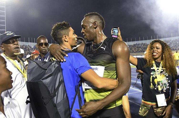 Usain Bolt saluda a Wayde van Niekerk quien podría ser uno de los más veloces en el atletismo. (Foto Prensa Libre: AP)