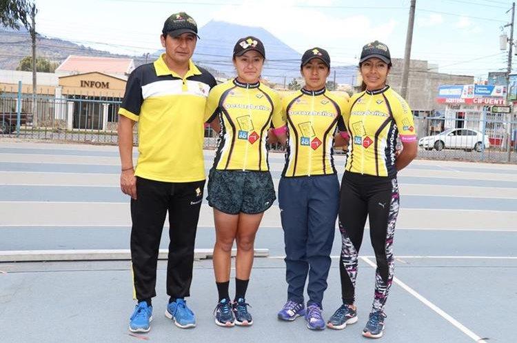 Parte del equipo Decorabaños femenino junto con el entrenador Alejo Mazariegos. (Foto Prensa Libre: Raúl Juárez)