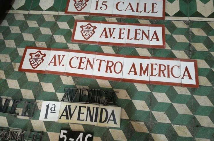 Así serán las nuevas lozas que serán colocadas en las esquinas del Centro Histórico. (Foto PRENSA LIBRE: José Luis Escobar).
