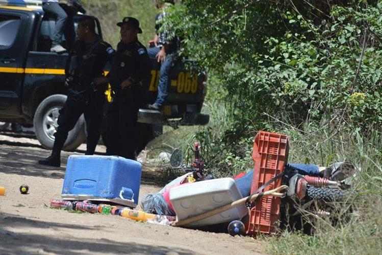 Artículos que una comerciante ultimada llevaba en una motocicleta, quedaron esparcidos en un camino de terracería en Estanzuela, Zacapa. (Foto Prensa Libre: Víctor Gómez)