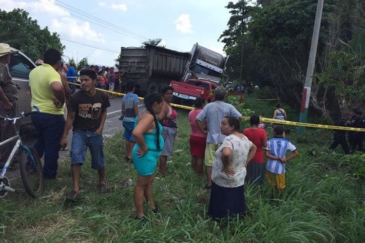 Accidente fue causado por un tráiler y un picop en el km 78 de la ruta a Puerto San José, Escuintla. (Foto Prensa Libre: Carlos E. Paredes)