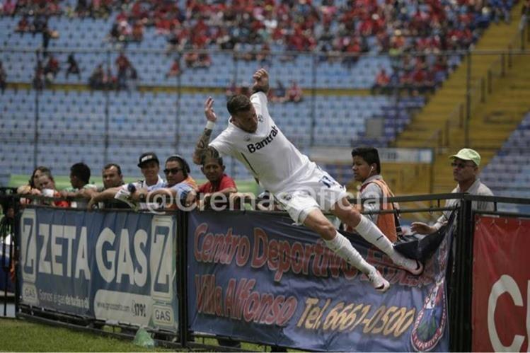 Este fue el festejo de Emiliano López en el clásico, razón por la que es acusado por Municipal. (Foto Prensa Libre: Twitter oficial Comunicaciones FC)
