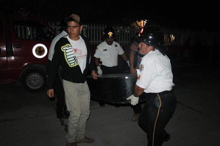 Socorristas trasladan el cadáver de Villeza Zuñiga a la morgue del Inacif. (Foto Prensa Libre: Walfredo Obando)