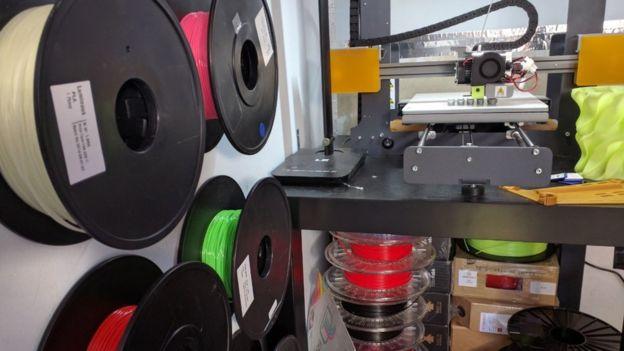 La impresora 3D trabajando.