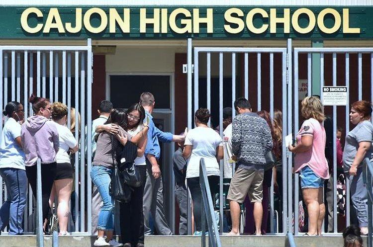 Padres acuden preocupados a recoger a sus hijos a escuela de San Bernardino. (Foto Prensa Libre: AFP)
