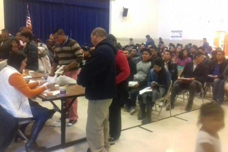 Decenas de guatemaltecos asisten al consulado móvil en la ciudad de Chattanooga, Tennessee. (Foto Prensa Libre: MRE)