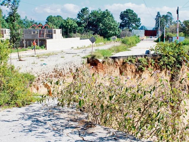 Cerca de la zona de un hundimiento en Chichicastenango, Quiché, vecino construye  casas. (Foto Prensa Libre: Óscar Figueroa)