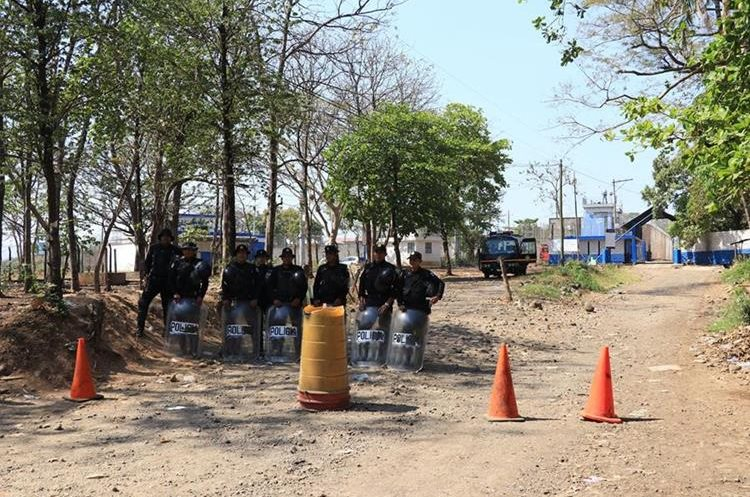 Autoridades mantienen fuerte dispositivo de seguridad en el perímetro de la cárcel. (Foto Prensa Libre: Enrique Paredes)