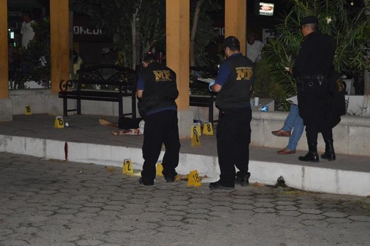 El ataque armado en contra de la familia se registró en el parque de Río Hondo, Zacapa. (Foto Prensa Libre: Víctor Gómez)