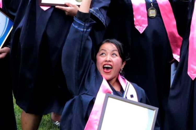 Una de las 25 mujeres que se graduaron muestra su reconocimiento (Foto Prensa Libre: Eduardo Sam Chun)