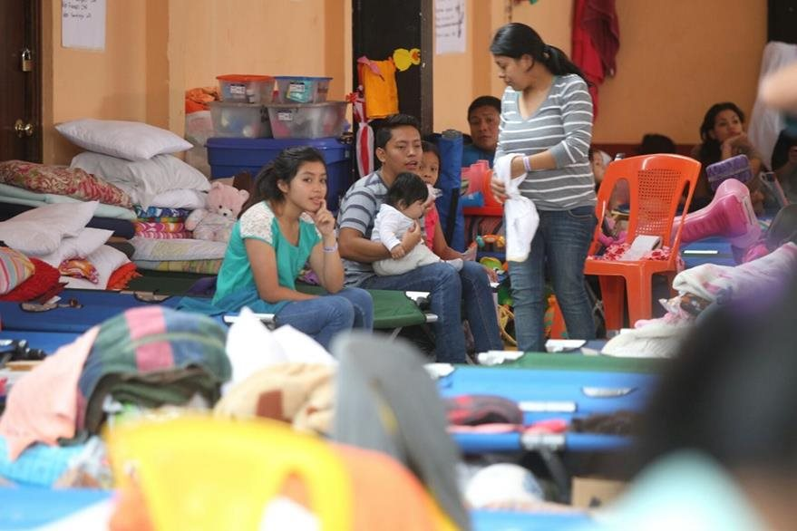 En los albergues los vecinos permanecen cuidando sus pocas pertenencias en espera del traslado definitivo. (Foto Prensa Libre: Esbin García)