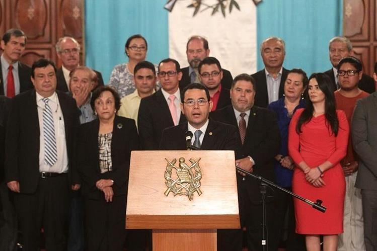 Presidente Jimmy Morales, en compañía de representantes de organizaciones sociales, oficializa el aval a la reforma electoral. (Foto Prensa Libre: Álvaro Interiano)