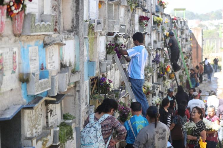 El Cementerio General de la capital ha sido visitado por miles