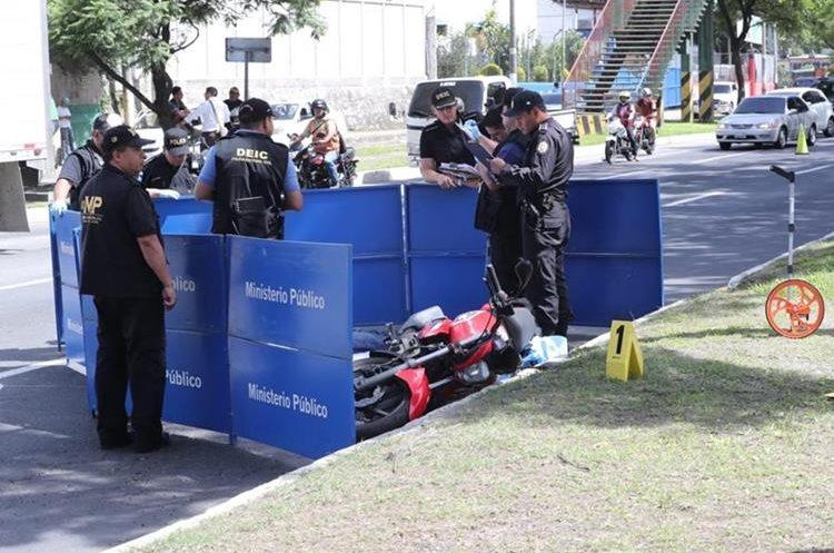 Peritos observan el cuerpo del menor ultimado. (Foto Prensa Libre: Érick Ávila)