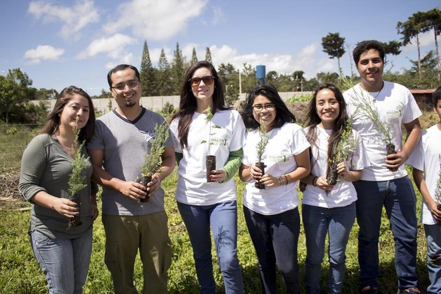 Guatemaltecos de diferentes edades acudieron al llamado de reforestar Guatemala. (Foto Prensa Libre: Gildaneliz Barrientos)
