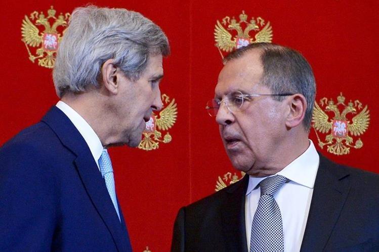 John Kerry (izquierda), saluda a Serguéi Lavrov. (Foto Prensa Libre: AP).