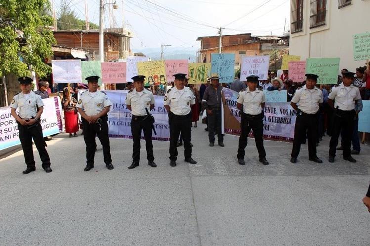 Fuerzas de seguridad resguardan a manifestantes afuera de los juzgados de Nebaj, Quiché. (Foto Prensa Libre: Óscar Figueroa)