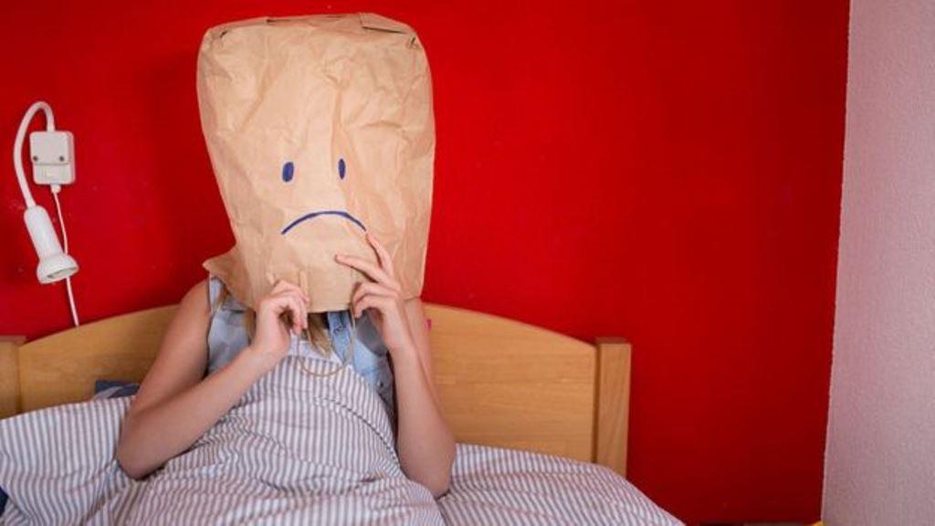 El sueño es un ciclo biológico, por lo tanto el mantenerse despierto en horarios en que se debe dormir va en contra de la propia biología y puede ocasionar complicaciones severas a la salud. (GETTY IMAGES)