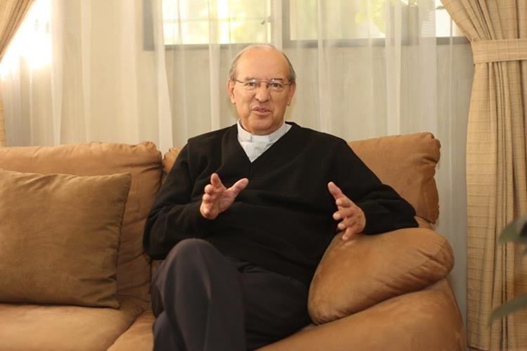 Monseñor Carlos Enrique Trinidad Gómez durante una entrevista con Prensa Libre cuando era párroco de la Iglesia de Villa Nueva. (Foto Prensa Libre: Hemeroteca PL).