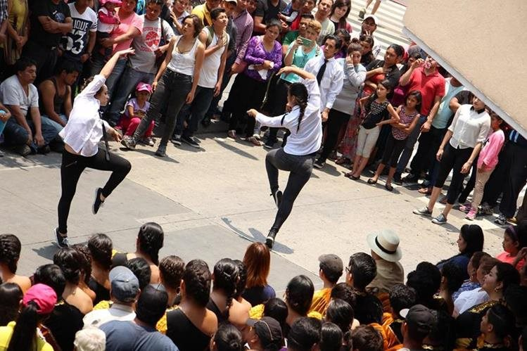 Bailarines deleitan a transeúntes frente a Plaza Vivar, sobre la Sexta Avenida, zona 1. (Foto Prensa Libre: Pablo Juárez Andrino)