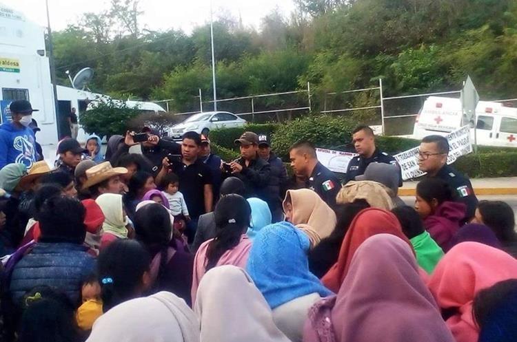 Cientos de turistas y comerciantes fueron afectados por el bloqueo en la carretera que conduce hacia Tapachula, Chiapas, México. (Foto Prensa Libre: Whitmer Barrera)