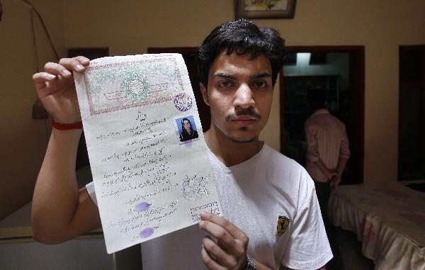 Hassan Khan, esposo de Zeenat Rafiq muestra el certificado de matrimonio. (AP).