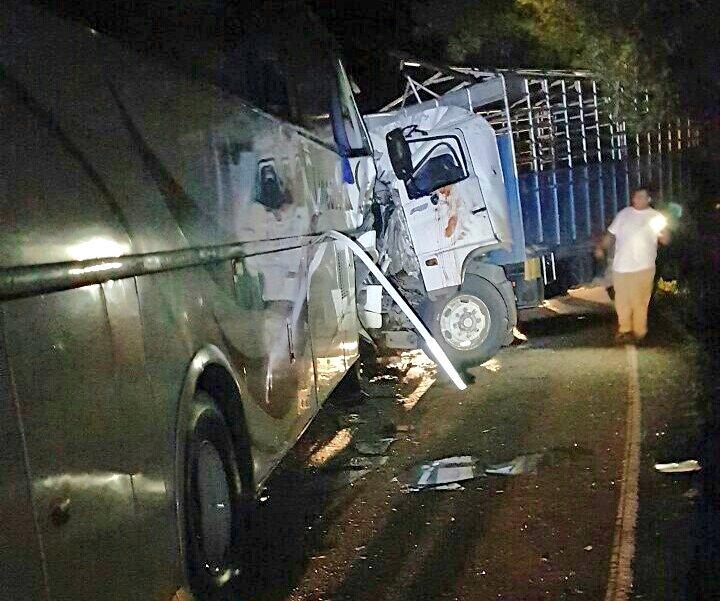 Transportistas asistieron a los heridos. (Foto Prensa Libre: Dony Stewart)