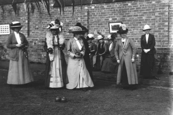 Chesterfield Bowling Club solía contar con un día anual en el que las mujeres podían jugar, según un exmiembro del club. PICTURETHEPAST.ORG.UK