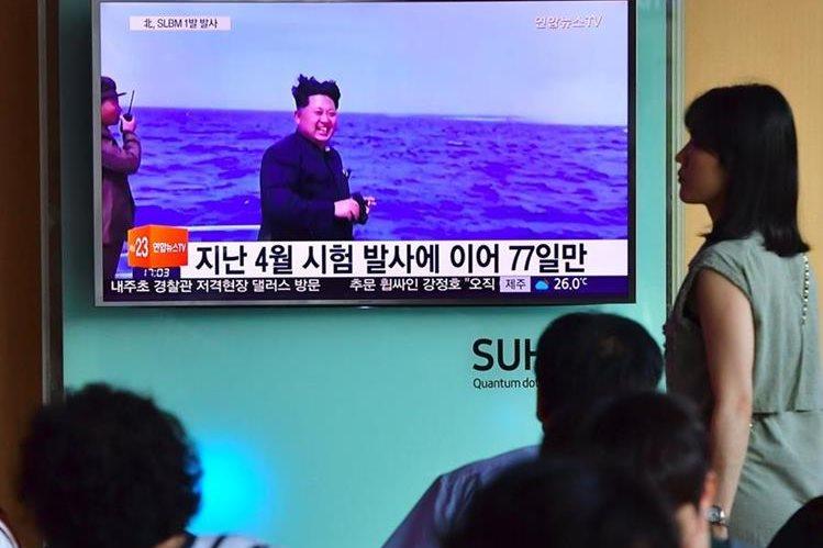 Una transmisión televisiva muestra al máximo líder de Corea del Norte, Kim Jong-Un, sancionado recientemete por EE. UU. (Foto Prensa Libre: AFP).