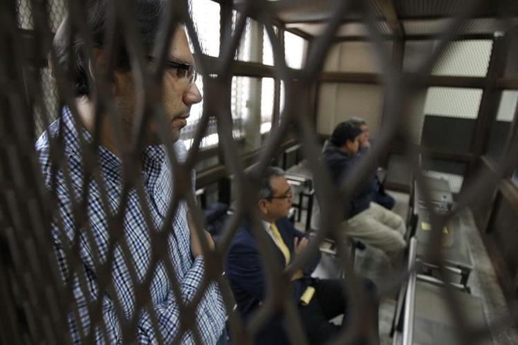 Diputados en carceleta del Juzgado de Mayor Riesgo A, implicados en caso Plazas Fantasma. (Foto Prensa Libre: Paulo Raquec)