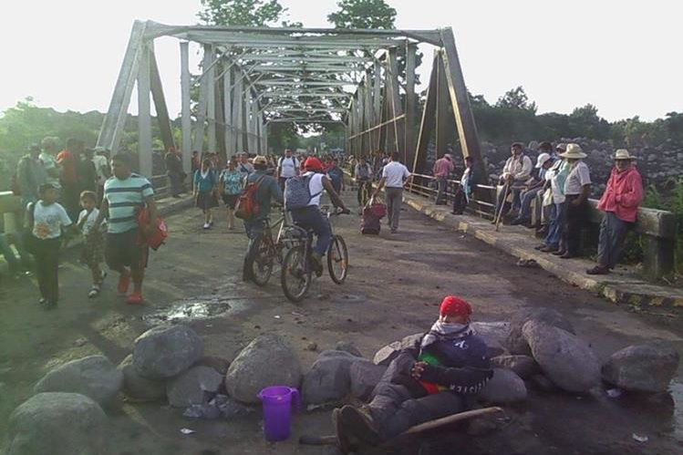 Campesnos muestran pancartas con sus exigencias en El Zarco, Santa Cruz Muluá, Retalhuleu. (Foto Prensa Libre: Rolando Miranda)