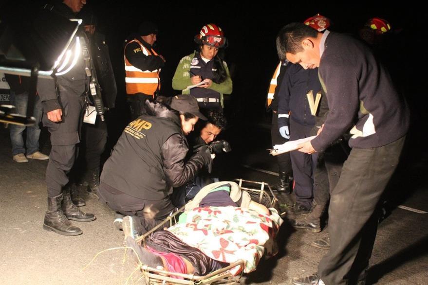 La víctima mortal del accidente no fue identificada. (Foto Prensa Libre: Ángel Julajuj)