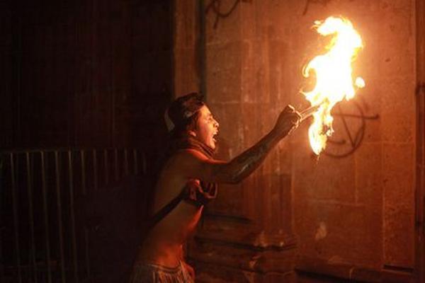 """<p>Manifestantes incendian una parte de una sede gubernamental. (Foto Prensa Libre: EFE)<br _mce_bogus=""""1""""></p>"""